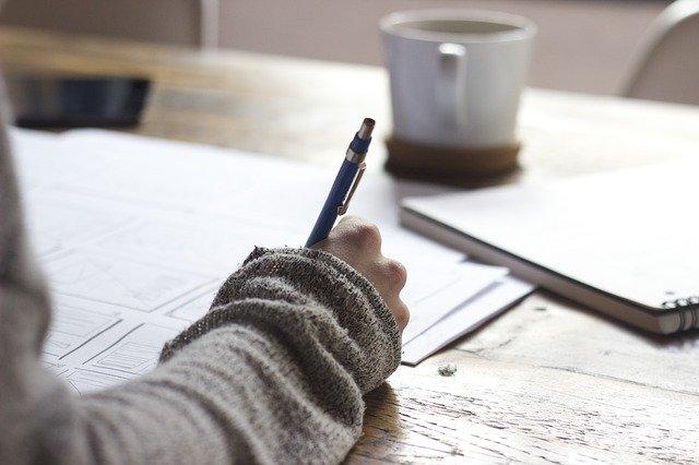 píšící dívka u stolu