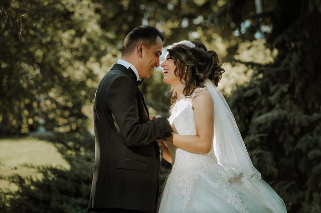 muž a žena na svatbě venku v přírodě