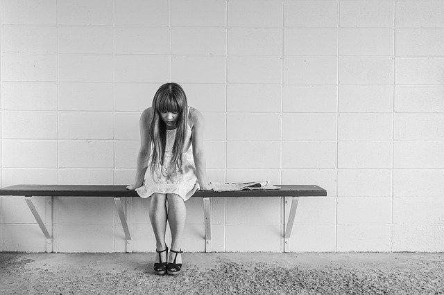 dívka v depresi
